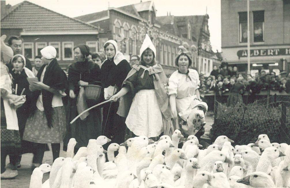 Aankomst ganzen en ganzenhoedsters op de Markt