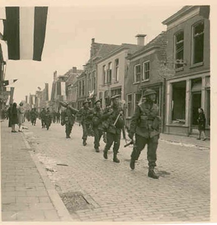 Soldaten van het canadese Lake Superior Regiment trekken via de Bentheimerstraat Coevorden binnen_bron Foto de Boer