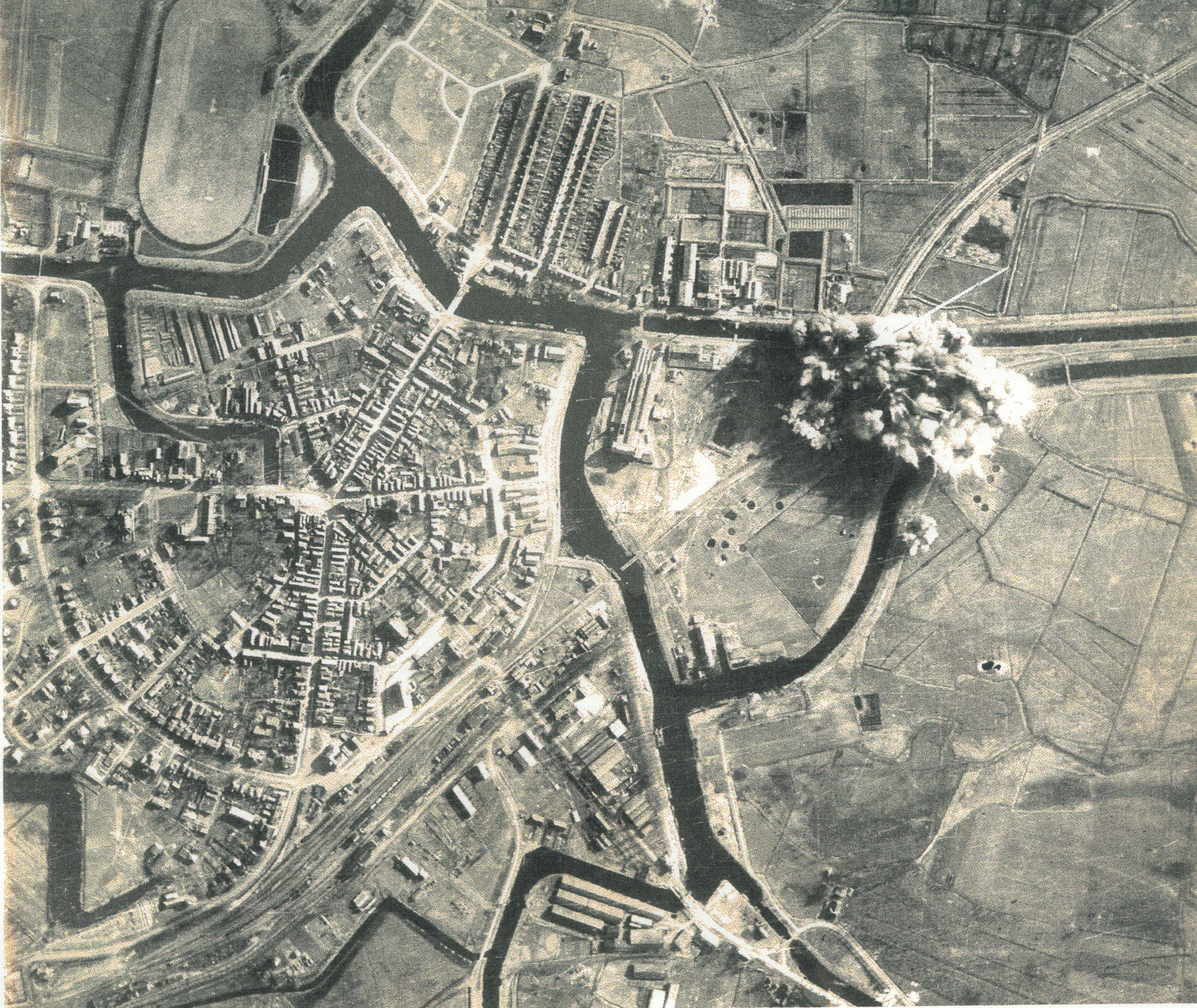 Bombardement op spoorbrug naar Duitsland kopie uit collectie H. Hoiting Aalten