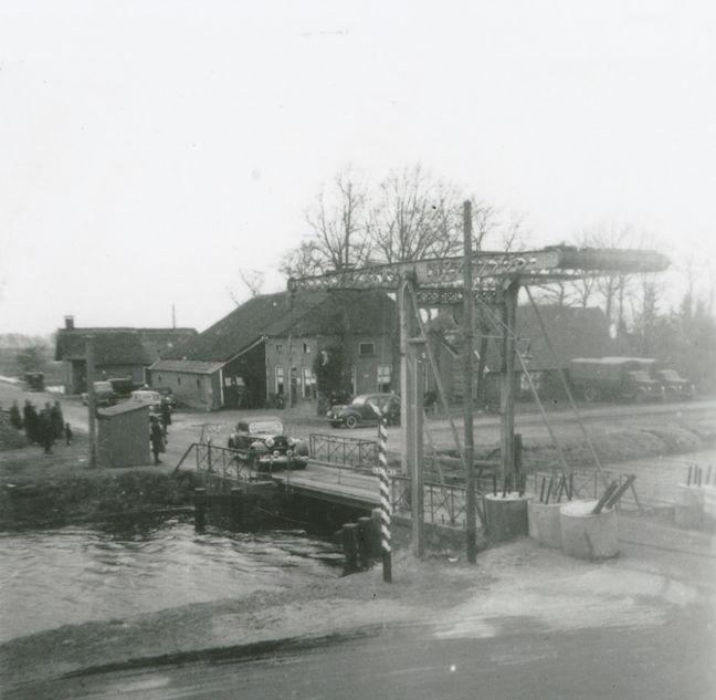 Café Anninga aan de noordzijde van de brug met daarachter het tolhuisje van de familie Knuppe.