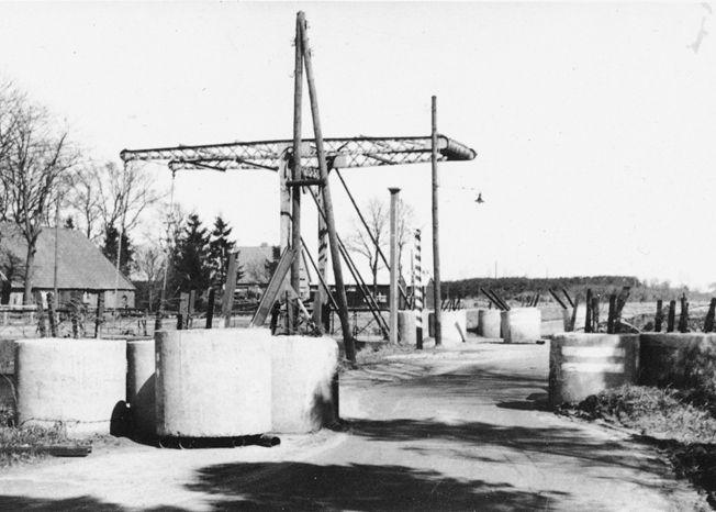 De Oosterhesselerbrug in april 1940, met de aan de zuidzijde geplaatste versperring.