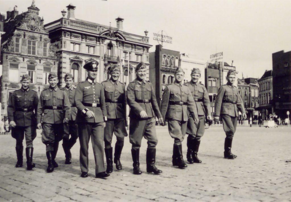 Duitse soldaten op plein_Bron_Historische Vereniging Aold Daoln