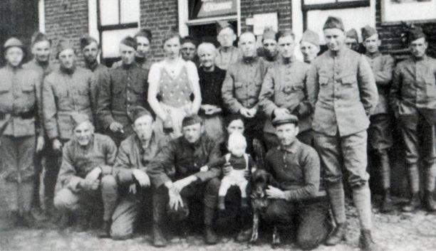 Een deel van het peloton van luitenant De Vroome bij de Oosterhesselerbrug met de familie Anning