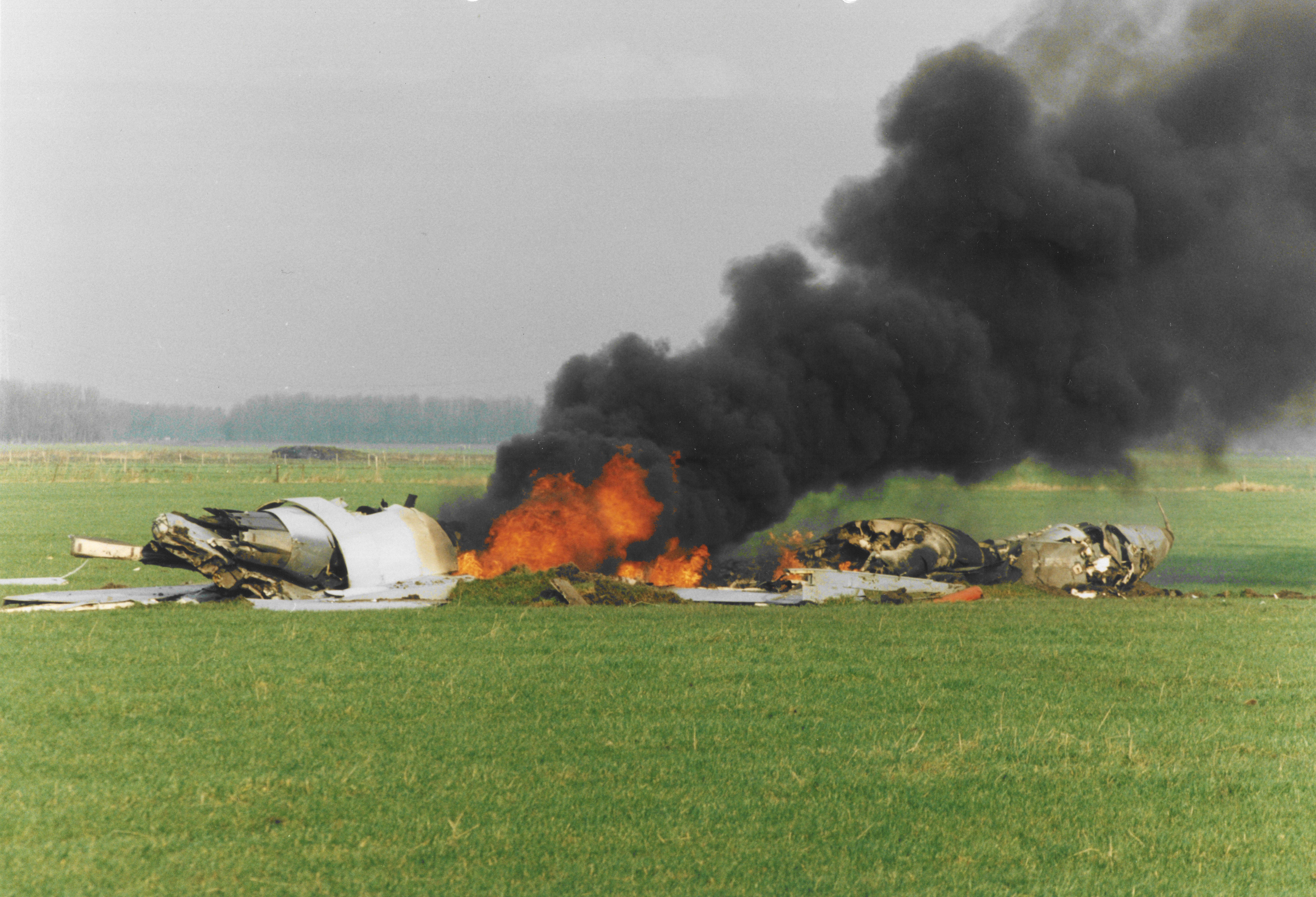 Het brandende wrak van de F-16