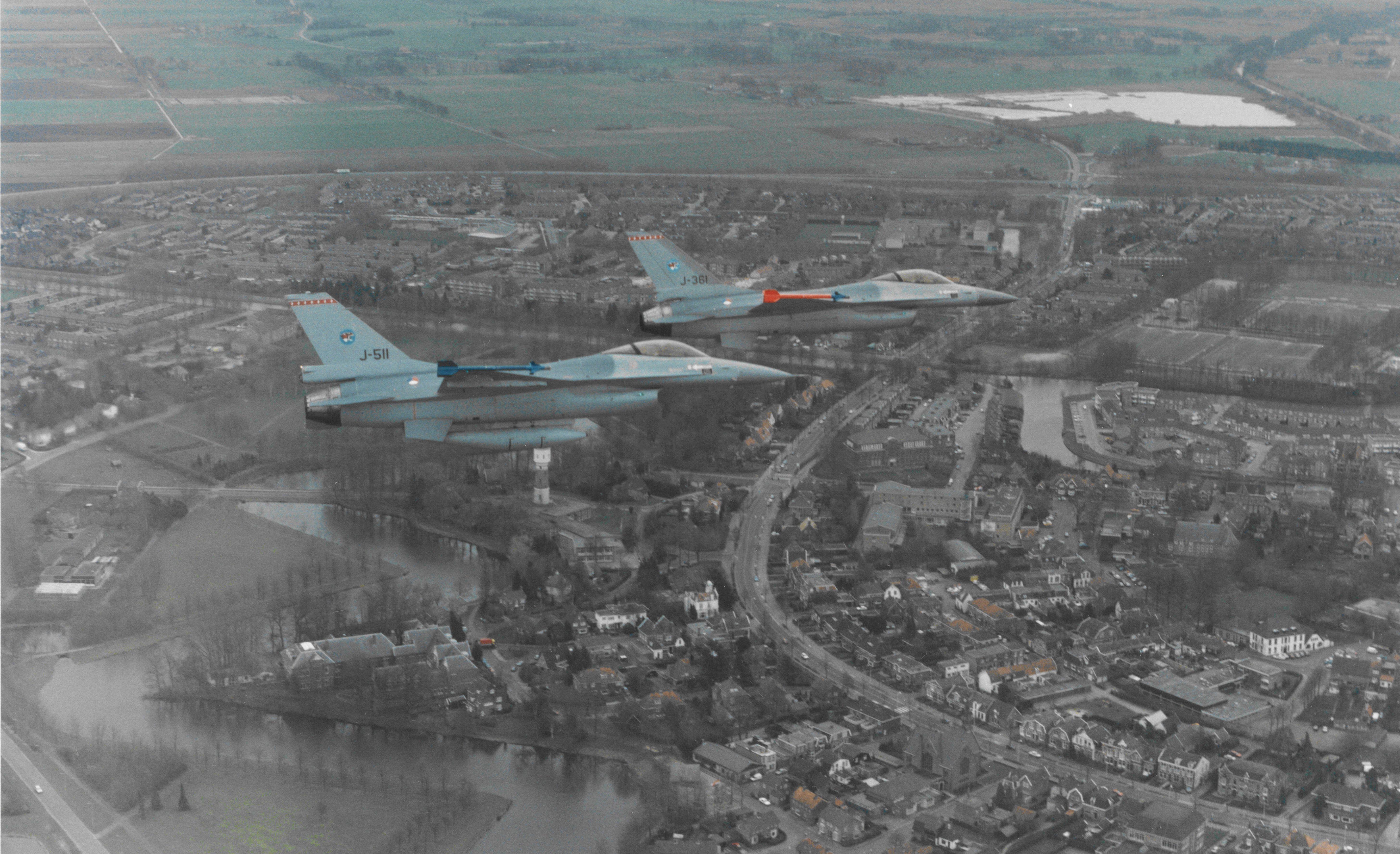 F-16's vliegbasis Twenthe 315 sqn. boven Coevorden 1985 bron bureau voorlichting Koninklijke Luchtmacht
