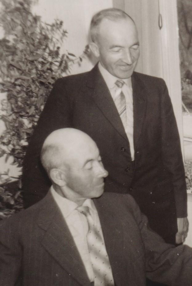 Jan_zittend_ en Albert Lamberts_bron_Historische Vereniging Aold Daoln