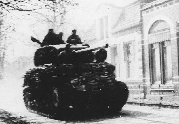Poolse tank in het centrum van Dalen op weg naar de brug