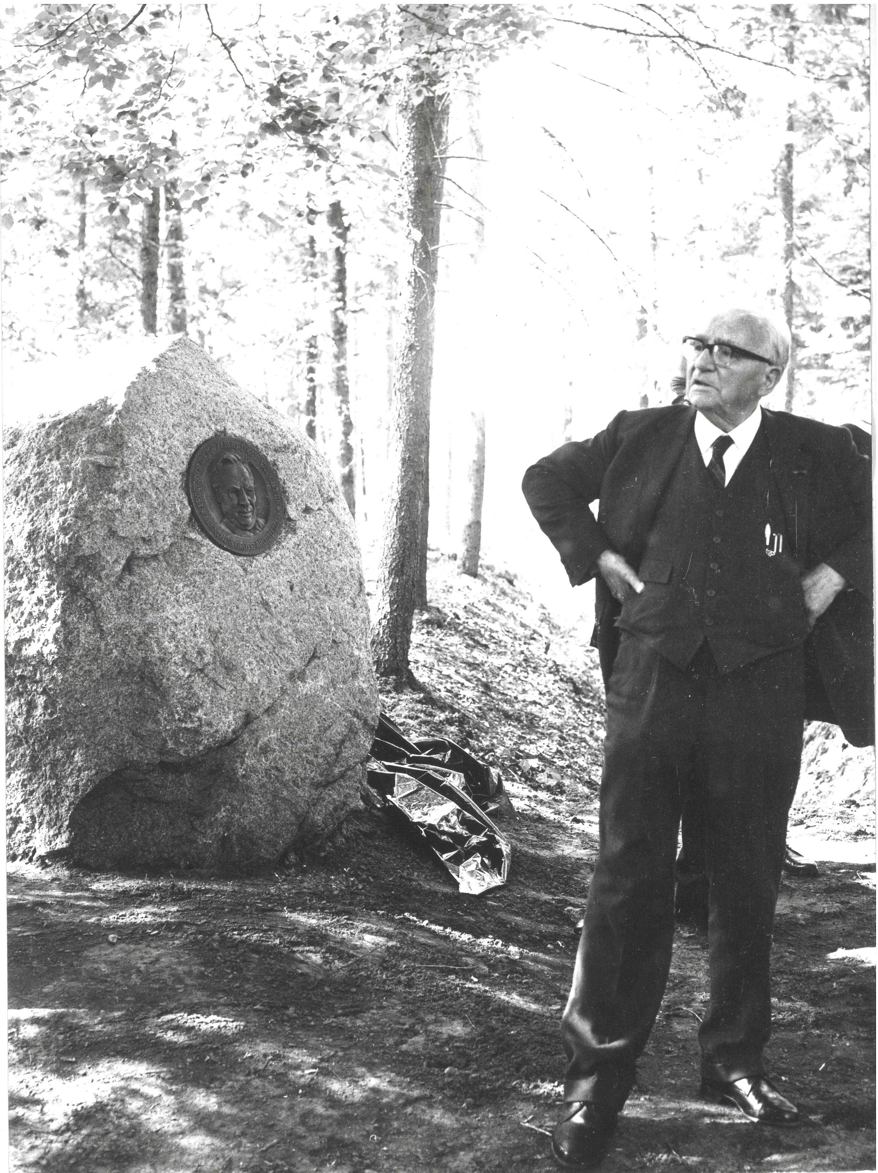 Prof. Dr. A.E. van Giffen bij de opening van het gerenoveerde hunebed de Papeloze kerk op 20 juni 1960, de steen op de achtergrond is door hem daarbij onthuld.