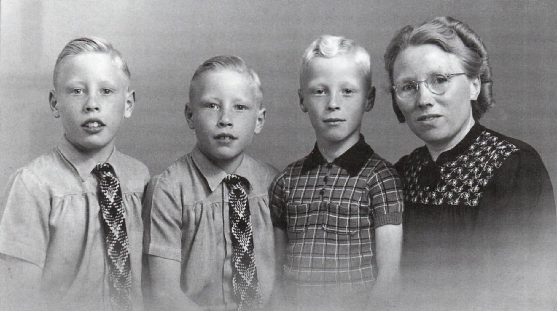 Roelie Overbeek met haar zoons_ v.l.n.r._ de tweeling Henk en Aaldert en zoontje Gerard in 1943_Bron_Historische Vereniging Aold Daoln
