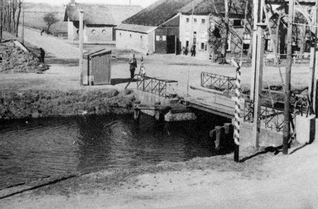 Soldaten op wacht in een vredige omgeving bij de Oosterhesselerbrug. Ze behoren tot de 1e sectie van 1-l-36 R.I. en staan onder leiding van sergeant-majoor Vunderink en later luitenant De Vroome