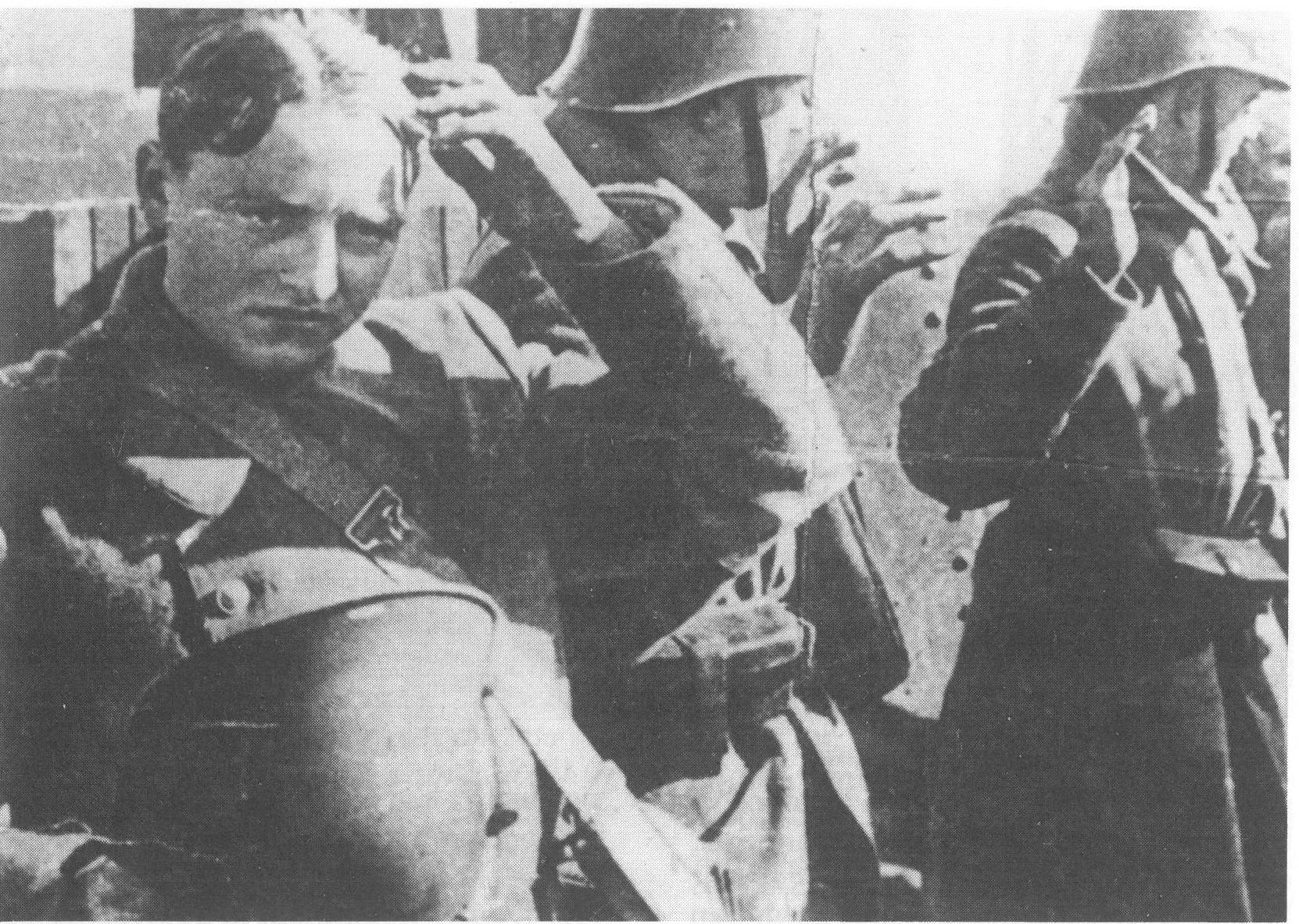 Soldaten Vugteveen, Beetstra en Schuiling tijdens de overgave 10 mei 1940, bron: H. Brand, Die lange morgen in mei
