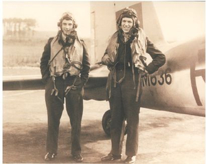Vliegers Peter Fry en Harry Smith net terug van een missie boven Duitsland