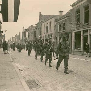 Binnentrekkende soldaten van het Canadese Lake Superior Regiment  op 6 april 1945 bron: Foto de Boer
