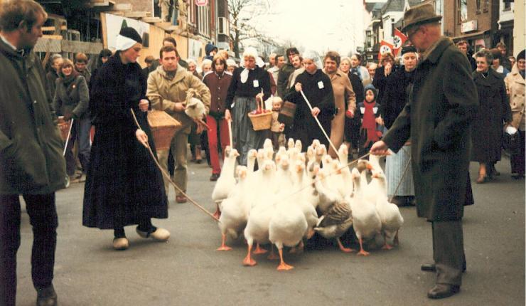 Ganzenhoedsters in de Friesestraat richting de Markt