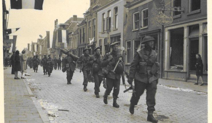 Intocht der Canadezen in de Bentheimerstraat _foto de Boer Coevorden